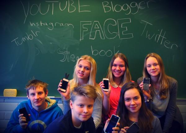 Helsingin suomalaisen yhteiskoulun nuoret esittelivät kuvaajalle puhelimensa ja lempipalvelunsa.